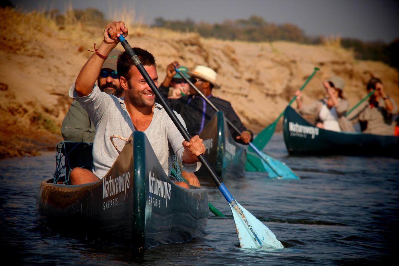 Regenbogen über dem Rauch der Donnert, die Viktoria Fälle (Victoria Falls), Sambia und Simbabwe