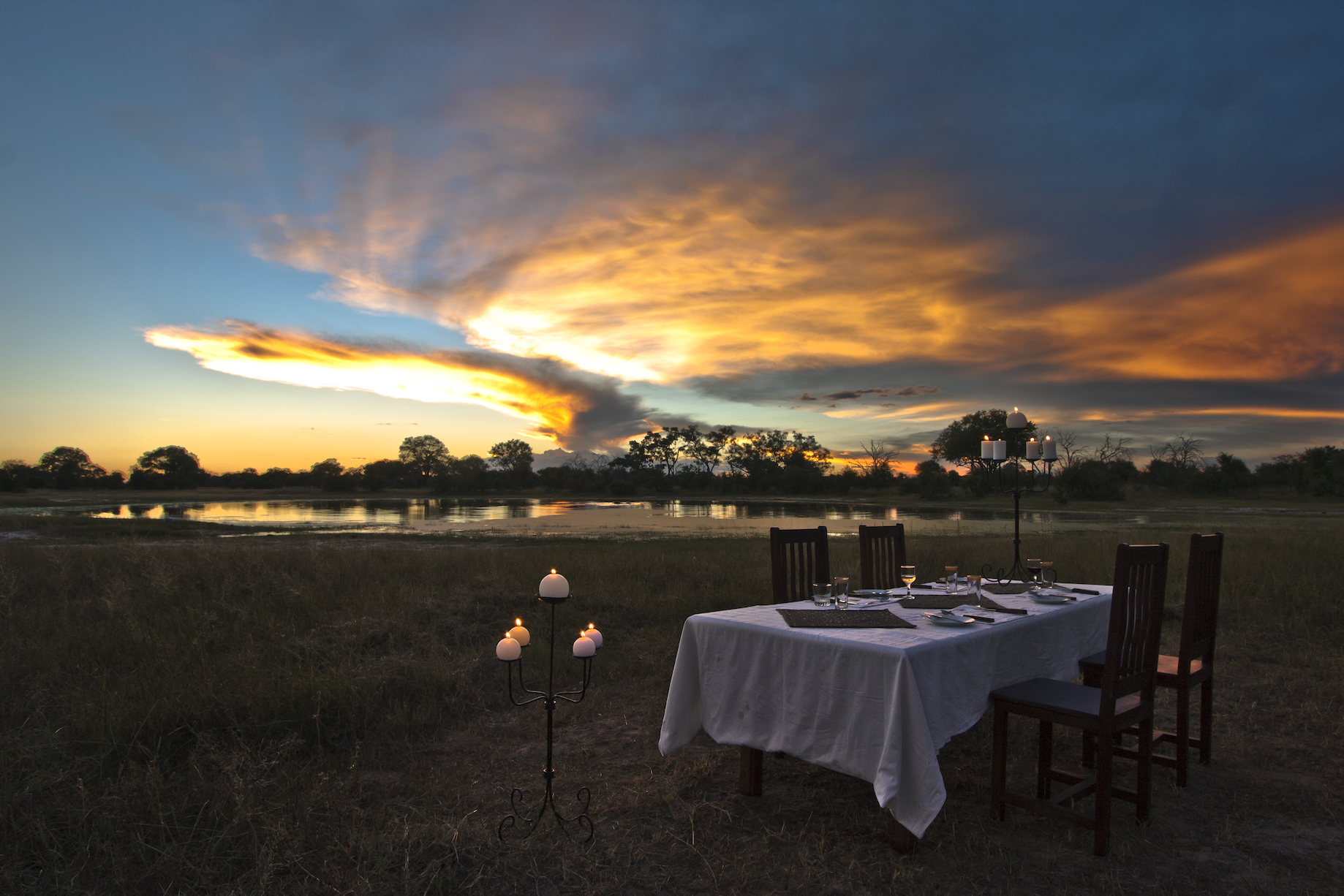 Sundowner im Bomani Tented Camp in Hwange, Simbabwe
